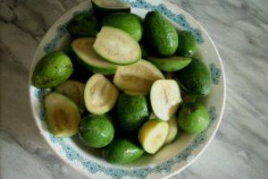 фрукты в тарелке