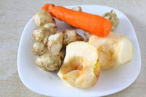 яблоко и морковь в тарелке