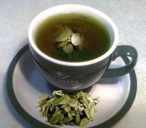 отвар из листьев в чашке