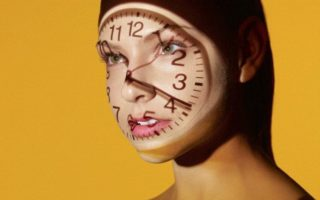 часы на лице девушки