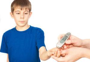 Мальчик измеряет глюкозу в крови