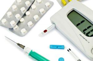 таблетки, глюкометр и шприц