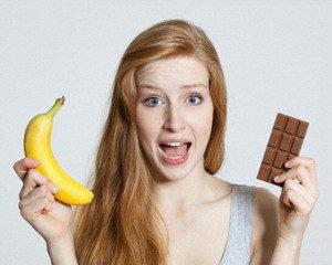девушка с бананом и шоколадкой
