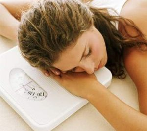 девушка лежит на весах