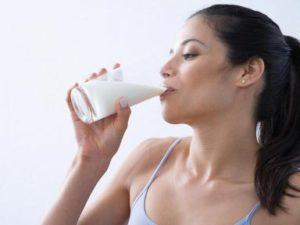 девушка пьет молоко