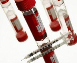 инсулиновый шприц и кровь