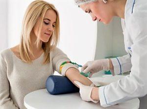 девушка сдает кровь из вены