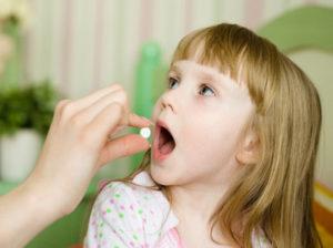 девочка принимает лекарство