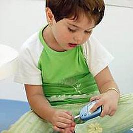 ребенок с глюкометром