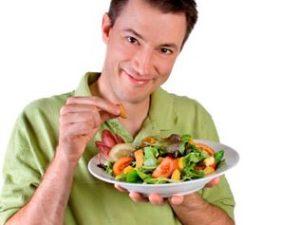 молодой человек с овощами