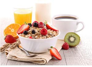 отруби с ягодами, сок, кефир и кофе