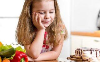 девочка с тортом и овощами