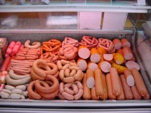 сардельки и сосиски в магазине