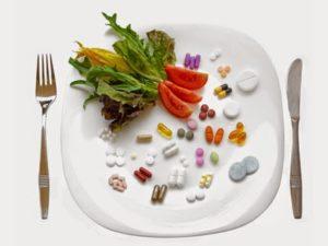 таблетки и овощи на тарелке